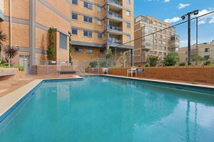 Sandbar Apartment provides an outdoor swimming pool.